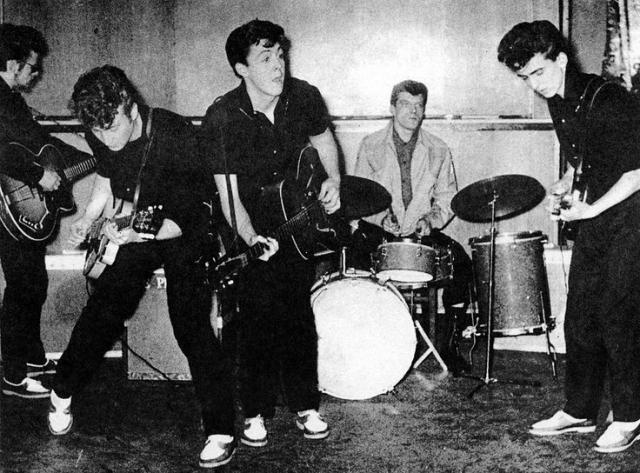Состав легендарной четверки менялся пять раз. В январе 1960 года к Леннону, Маккартни и Харрисону присоединился однокурсник Джона по художественному колледжу Стюарт Сатклифф, который стал басистом.