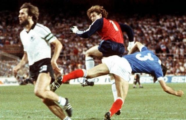 В том же году в полуфинальном матче ФРГ - Франция немецкий вратарь Тони Шумахер в прыжке врезался в Патрика Баттистона. Француз потерял на время сознание, повредил позвоночник и лишился двух зубов.