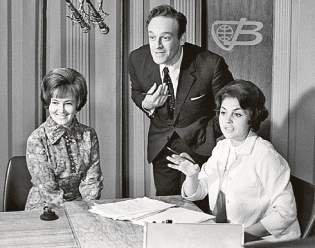 В июле 1957 года начал работать в Шаболовском телецентре помощником режиссера музыкальной редакции ЦТ. А через два с половиной месяца победил в конкурсе дикторов и впервые вышел в эфир.
