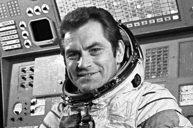 """""""Многие космонавты видели явления, которые выходят за пределы опыта землян. В течение десяти лет я никогда не говорил о таких вещах. В то время мы были над районом Южной Африки, двигаясь в направлении Индийского океана. Я просто делал некоторые гимнастические упражнения, когда увидел перед собой через иллюминатор объект, появление которого я не мог объяснить…"""