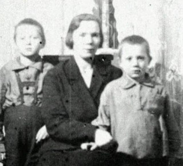 Евгений Леонов родился в Москве в семье Павла Васильевича и Анны Ильиничны Леоновых. Отец работал инженером на авиазаводе, мать была домохозяйкой. Евгений был вторым ребенком в семье: брат Николай был старше его на два года. Леоновы жили в коммунальной квартире на Васильевской улице, занимая две небольшие комнаты.