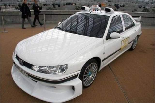 """Peugeout 406 Свою популярность автомобиль приобрел за счет французского фильм """"Такси"""", собравшего $200 млн в мировом прокате. В фильме машина трансформировалась в спорт-кар и наращивала скорость куда быстрее обычных автомобилей. Стоит отметить, что в первой части кинокартины снималась одна машина, а вот в продолжениях - другая."""