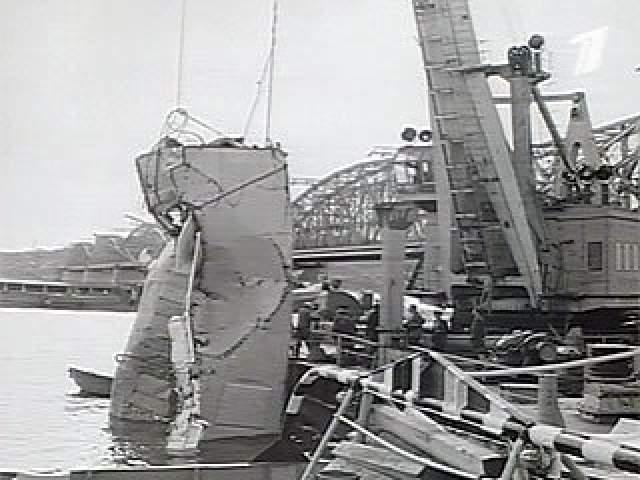 В результате столкновения у судна были полностью снесены рубка, кинозал, срезаны дымовые трубы. Скорость теплохода перед столкновением составила 25 км/ч, то есть была близка к максимальной. После столкновения у теплохода заглохли двигатели по причине снятия выхлопных труб, но теплоход по инерции прошел за мостом еще около 300 м.