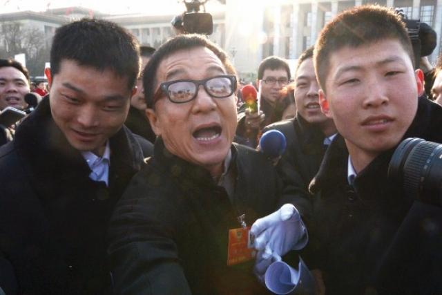 При этом он поддерживает коммунистическую партию Китая, считая, что китайцы должны находиться под тотальным контролем.