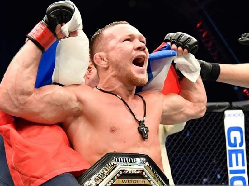 Россиянин Ян завоевал титул чемпиона UFC в легчайшем весе, одолев бразильца Жозе Альдо