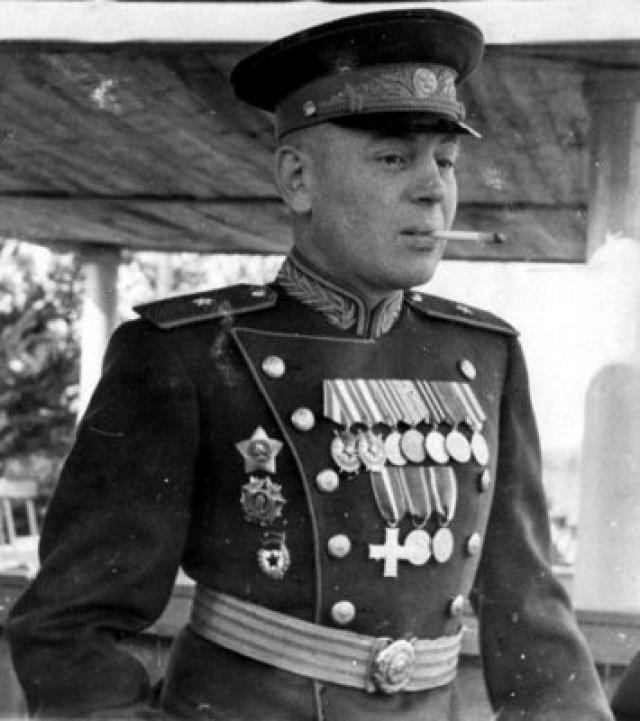 А после смерти Сталина Василия выгнали из армии и посадили на восемь лет за должностные преступления. Позже его досрочно освободили, вернули генеральскую пенсию.