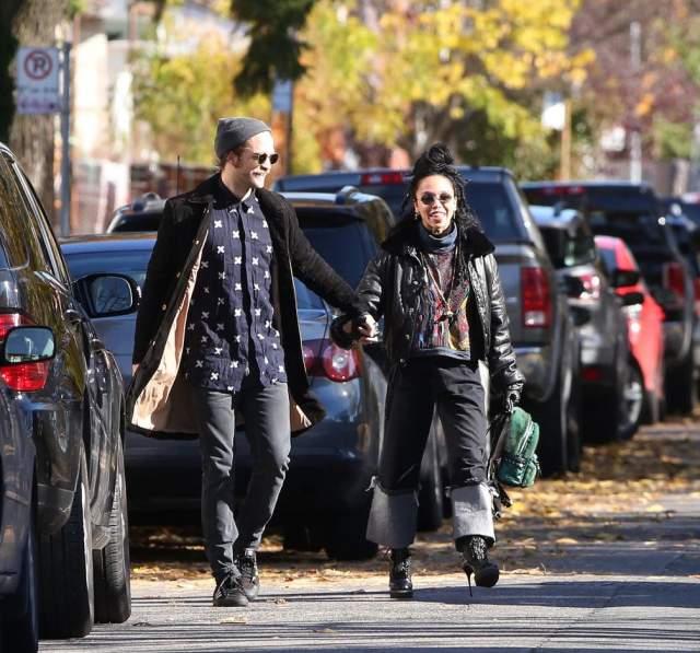 Роберт Паттинсон и его подруга Талия прогулялись по Торонто, трогательно держась за руки и наслаждаясь местными достопримечательностями.