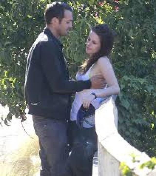 На тот момент Сандерс сам был женат и воспитывал двоих детей, плюс ко всему он гораздо старше Кристен.