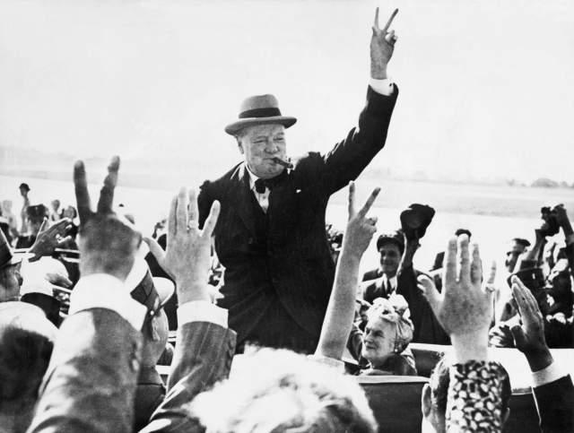В комплекте с окурком шла фотография Черчилля, на которой он изображен у дверей самолета с сигарой в руке.