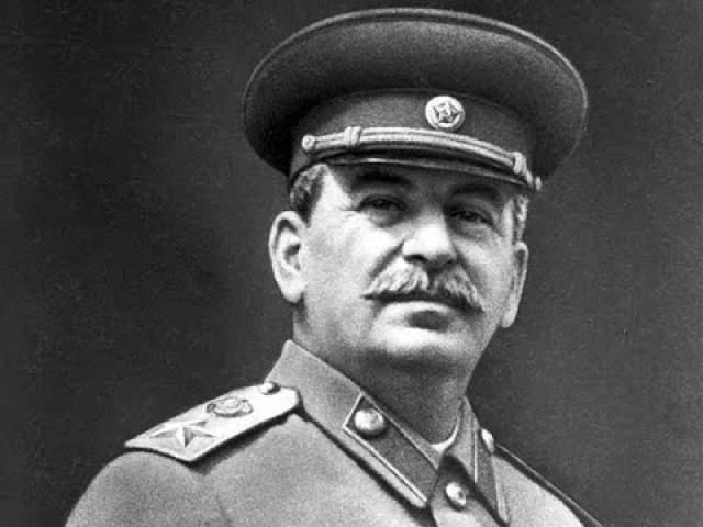 """Иосиф Сталин """"Вождь народов"""" в последние годы страдал тяжелым поражением сердечно-сосудистой системы, вероятно, усугублявшимся нездоровым образом жизни: он много работал, при этом превращая ночь в день, ел жирную и острую пищу, курил и пил, а обследоваться и лечиться не любил."""