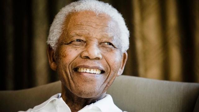 Нельсон Мандела - первый чернокожий президент ЮАР с 10 мая 1994 по 14 июня 1999, один из самых известных активистов в борьбе за права человека в период существования апартеида, за что 27 лет сидел в тюрьме, лауреат Нобелевской премии мира 1993 года.