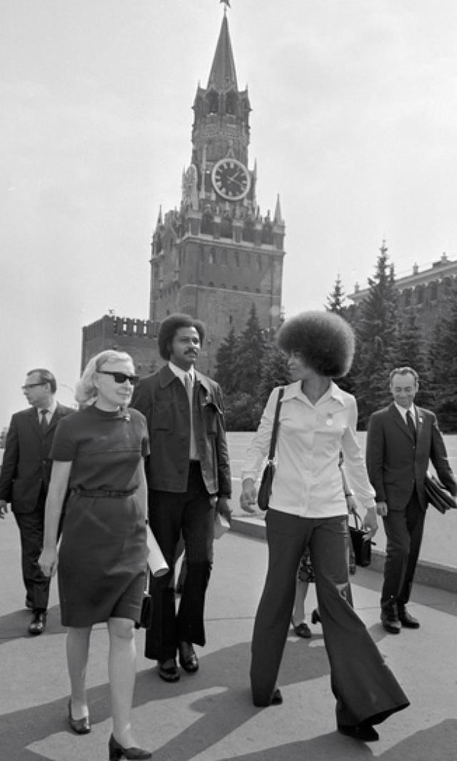 Все это подействовало: суд присяжных, состоявший целиком из белых, признал Дэвис невиновной. После этого Анджела отправилась в турне по странам социализма, где ее встречали как самую дорогую гостью, осыпали наградами и премиями.