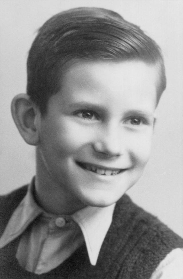 """Ив Сен-Лоран. Родился 1 августа 1936 года в городе Оране в Алжире в семье страхового агента. Детство и юность Сен-Лорана прошли в кругу семьи, в атмосфере """"дружбы и счастья""""."""