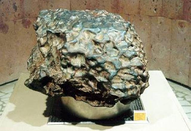 Сначала были найдены мелкие металлические обломки, и только год спустя на глубине 12 метров был найден самый крупный обломок весом 315 кг. Сейчас метеорит (0.5 х 0.4 х 0.25 метра) находится в Музее археологии и этнографии Уфимского научного центра Российской академии наук. На фото: тот самый осколок весом 315 кг