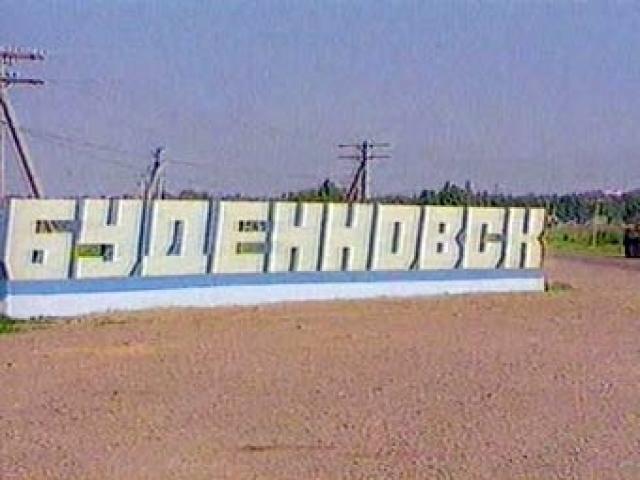 """В ночь на 14 июня 1995 года более 160 человек на трех автомашинах """"КамАЗ"""" и автомашине ВАЗ-2106, переоборудованной под милицейскую машину, по указанию и под руководством Басаева, выехали в Ставропольский край, в город Буденновск."""