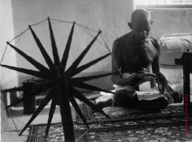 Один из самых влиятельных людей 20-го века, Ганди, не любил фотографироваться, однако в 1946 году штатному сотруднику Life, Маргарет Борк-Уайт, было разрешено сделать его фото на фоне прялки - символа борьбы за независимость Индии. Фотография стала последним прижизненным портретом Ганди - через два года он был убит.