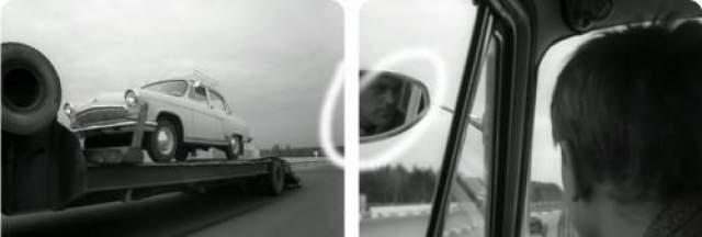 В зеркале заднего вида автомобиля Деточкина отражается лицо оператора.