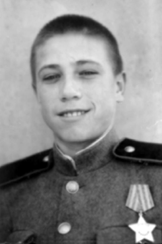 Леня Кузубов. 12-ти летний подросток убежал на третий день войны на фронт. Разведчиком участвовал в боях под Сталинградом. Дошел до Берлина, трижды был ранен, расписался штыком на стене рейхстага.