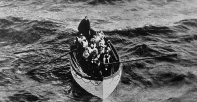 В течение первого часа были эвакуированы лишь 180 человек, шлюпки спускались полупустыми, члены команды лайнера даже не были осведомлены об их вместимости.