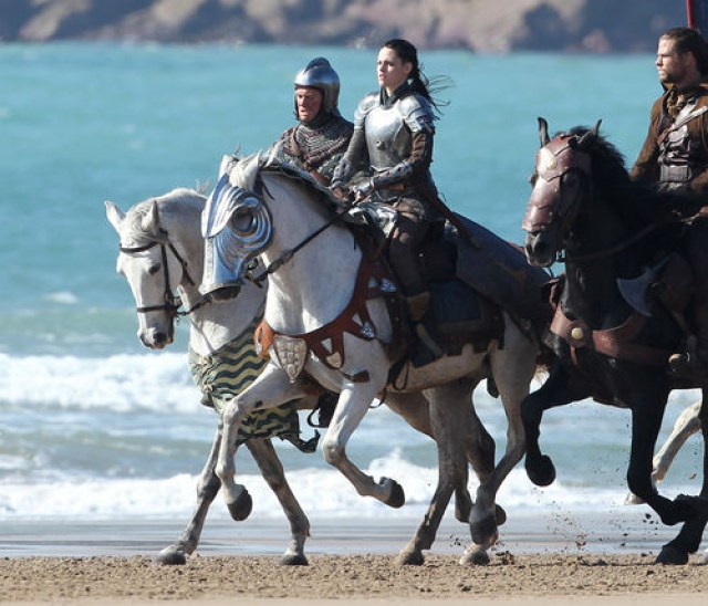 """Кристен Стюарт. В детстве актриса упала с лошади и с тех пор панически их боится. Тем не менее, а съемках """"Белоснежки и охотника"""" ей пришлось перебороть свой страх и проскакать верхом на резвом скакуне."""