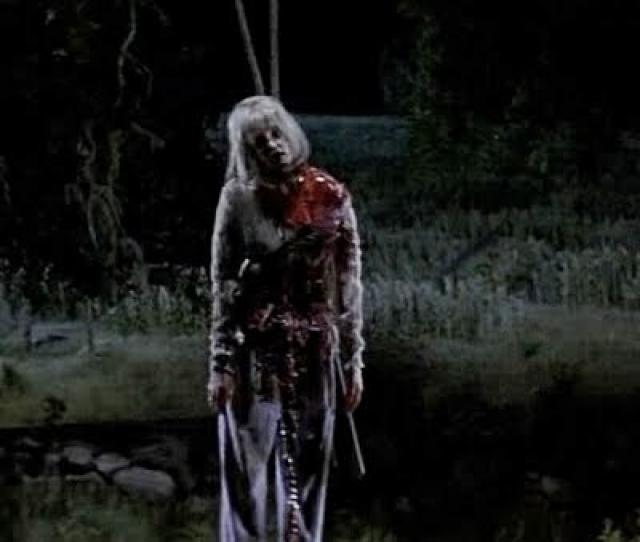 Увы, героиня погибала спустя несколько минут, и начиналась совсем другая история: 11-минутный пролог к фильму вошёл в историю жанра как один из сильнейших психологических эпизодов фильмов ужасов.