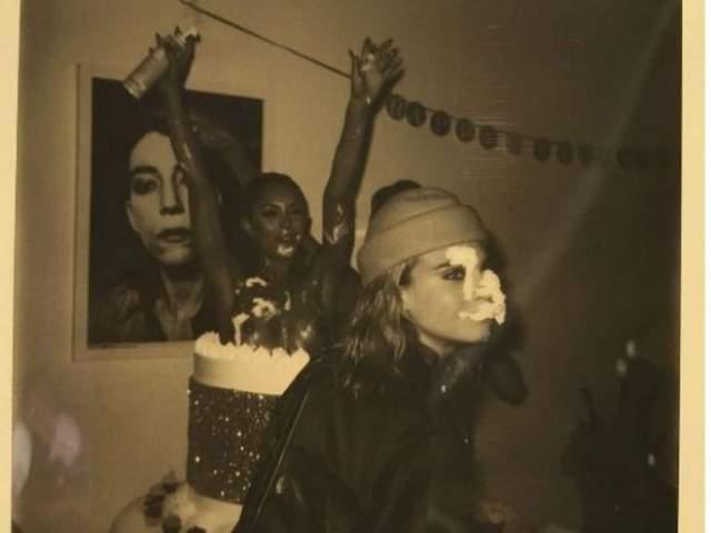 Кара, вообще, большая любительница вечеринок. Вот снимок с ее дня рождения.