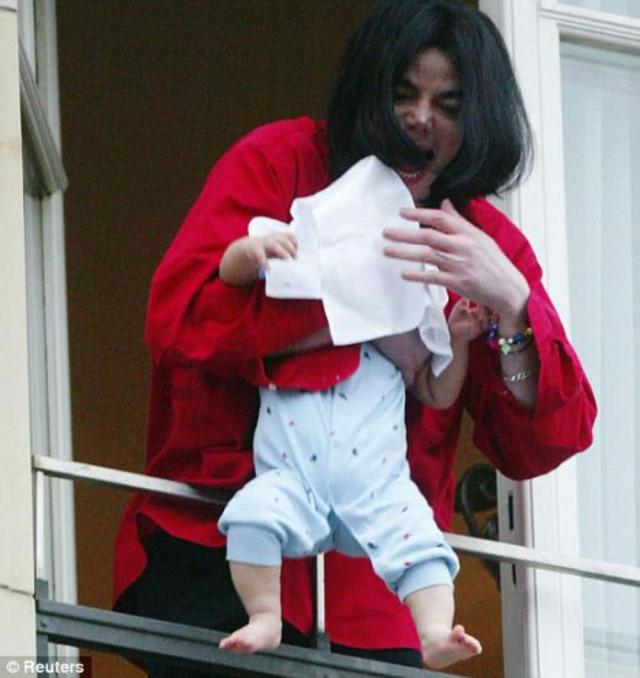 В 2002 году Майкл Джексон хотел показать своего девятимесячного сына фотографам, после чего кадры, на которых он будто бы чуть не уронил малыша облетели весь мир.