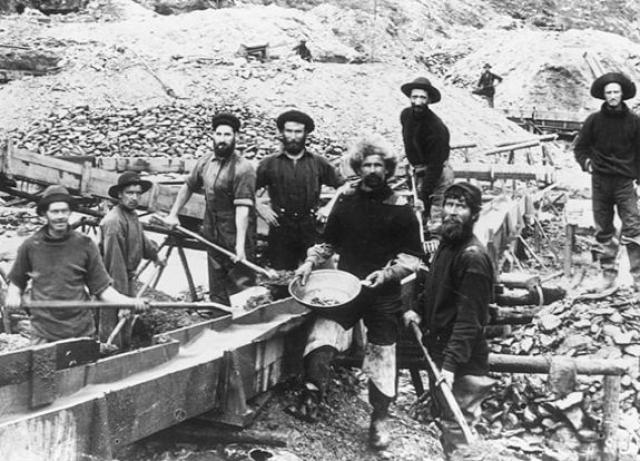 """Именно на Аляске развернулась американская """"золотая лихорадка"""" в 90-х гг. XIX века, а после и """"нефтяная лихорадка"""" в 70-х гг. XX века."""