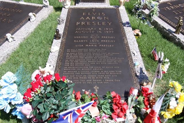 """Пресли предали земле 18 августа на кладбище, но несколько месяцев спустя его прах был перенесен в """"Грейсленд"""" после попытки взлома его гроба людьми, желавшими проверить, действительно ли """"король рок-н-ролла"""" умер."""
