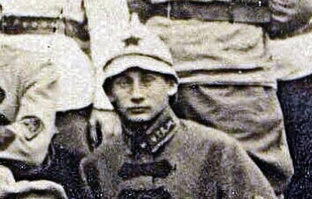 А это двойник Путина из 1920-х.