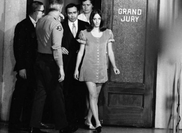 """Неожиданно Сьюзан Аткинс , арестованная по подозрению в соучастии в убийстве голливудского музыканта Хинмэна, проговорилась сокамернице: """"Да ведь это мы наказали этих свиней - я и мои друзья...""""."""