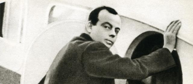 Отдыхая от службы, он занимается литературой. В 1931 году публикуется Ночной полет, за который автор получает премию Фемина. Одновременно он трудится пилотом на почтовой линии.