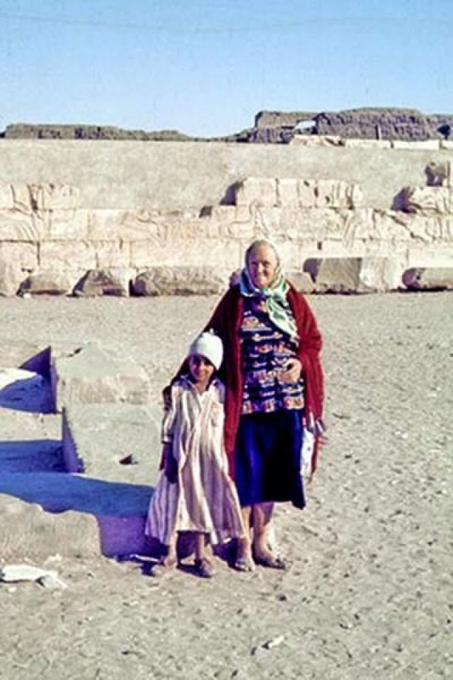 В конечном итоге собралось записей на 70 страниц, на которых она рассказывает о жизни Омм в Древнем Египте. Она заявила, что была жрицей в храм Ком-эль-Султан, а также у нее в возрасте 14 лет якобы был ребенок от Фараона Сети. Тем не менее, она нарушила обет жрицы, потеряв девственность, но отдала свою жизнь для того, чтобы защитить фараона от наказания за это преступление.