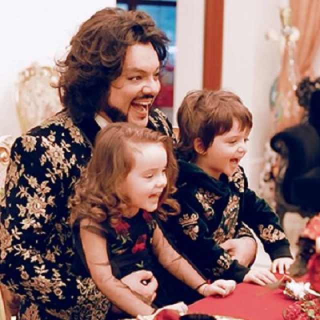 """Филипп Киркоров . Дети поп-короля родились с разницей в семь месяцев: видимо, певец решил """"подстраховаться"""" и """"заказал"""" малышей сразу двум женщинам."""