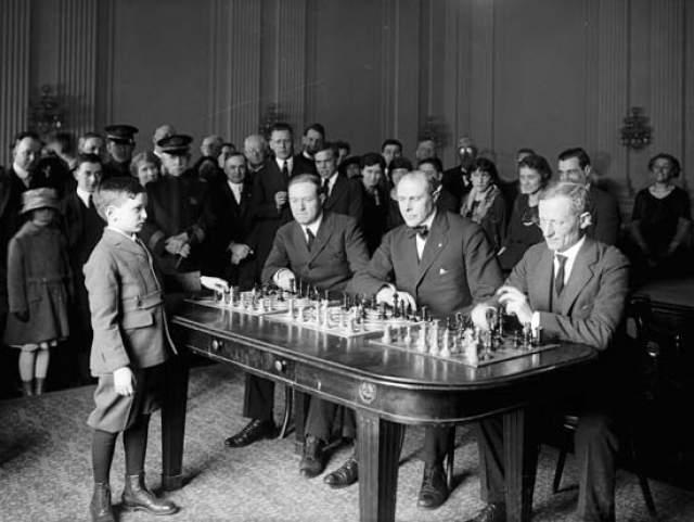 Самуэль Решевский Юный шахматный гений, легко обыгрывавший взрослых мастеров. Родился в 1911 году в Российской империи. В четыре года научился играть в шахматы и вскоре демонстрировал результаты, которыми мог бы гордиться и взрослый мастер. В восьмилетнем возрасте он дал во Франции несколько сеансов одновременной игры со взрослыми и одолел всех соперников.