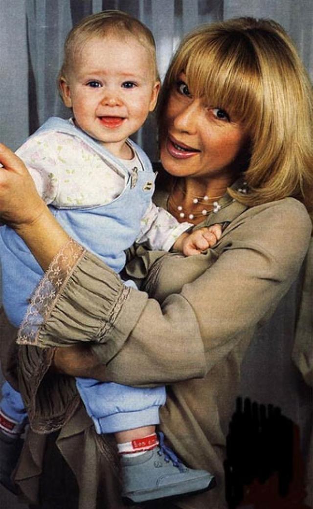 Алена Апина. Российские знаменитости тоже прибегали к услугам суррогатных матерей. Одной из первых это сделала Алена Апина.