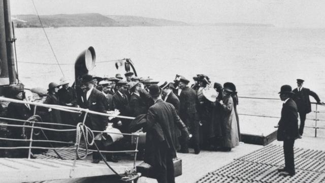 Все было готово к выходу в рейс: старший и второй помощники капитана, Генри Уайлд и Чарльз Лайтоллер соответственно стояли на баке, первый помощник Уильям Мердок на корме, третий Герберт Питман на кормовом мостике.
