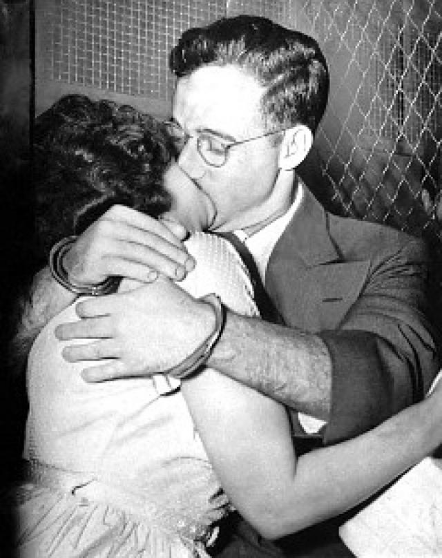 29 марта 1951 года судьи вынесли обвинительный, а через неделю - окончательный приговор Джулиусу и Этель Розенбергам: смертная казнь.