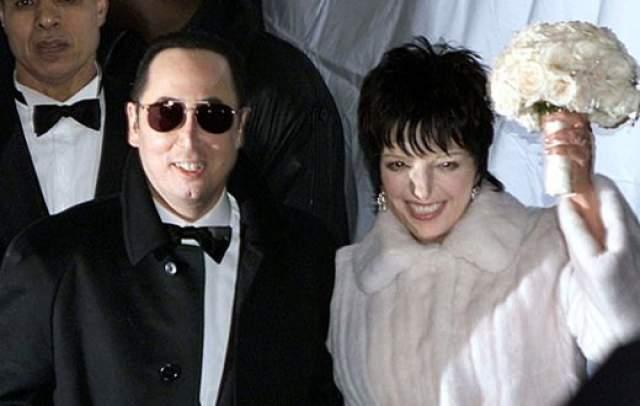 """Лайза Минелли и Дэвид Гес ($3,5 млн). Свадьба состоялась в 2002 году и на нее было приглашено... 850 гостей! Неудивительно, что пришлось арендовать нью-йоркский отель """"Regent Hotel"""" почти полностью."""
