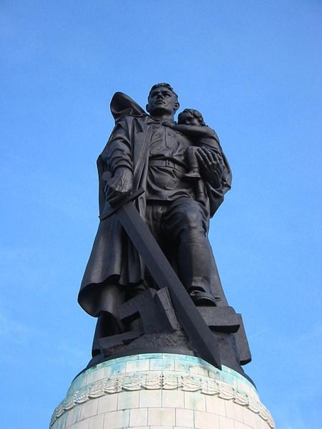 """""""Воин-освободитель"""" в Берлине. Центром композиции является бронзовая фигура советского солдата, стоящего на обломках свастики. В одной руке солдат держит опущенный меч, а другой поддерживает спасенную им немецкую девочку."""