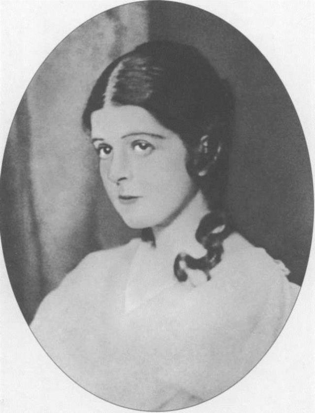 Героиней второго женского романа Цветаевой была молодая актриса Софья Голлидэй. Как и с Парнок, это была любовь с первого взгляда, причем она не мешала параллельным увлечениям мужчинами (помимо мужа), обсуждение которых даже сближало подруг.