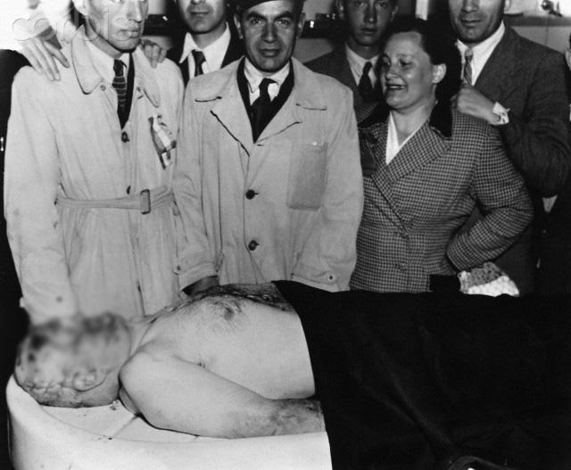 На Пасху 1946 года тело Муссолини было эксгумировано и похищено тремя неофашистами под руководством Доменико Леччизи. Тело было найдено в августе того же года, однако оставалось непогребенным в течение 10 лет из-за отсутствия политического консенсуса.