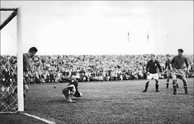 """Гибель """"команды лейтенантов"""". Футбольная сборная СССР впервые участвовала в Олимпиаде в 1952 году, но ничем кроме скандала не закончилось. В 1/8 финала команда проиграла югославам."""