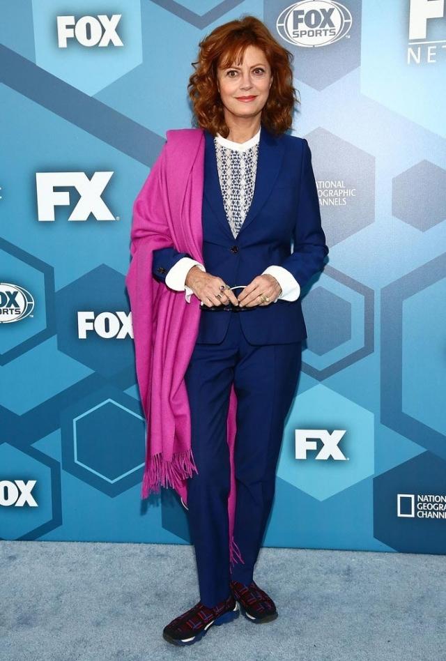 Сьюзан Сарандон. Брючный костюм, пестрые кроссовки и как вишенка на торте - розовая пашмина... И все это на красной дорожке Каннского кинофестиваля.