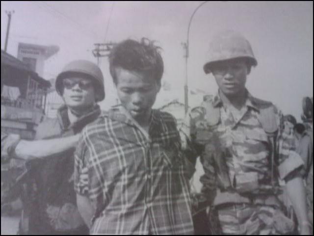 Взмахом руки Нгуен Нгок Лоан приказал охранникам отойти и сделал шаг к их подопечному. Не говоря ни слова, он достал револьвер и направил его на партизана.