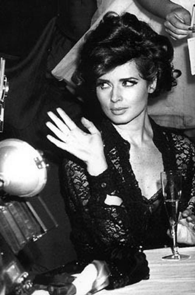 В 28 лет Росселини вошла в мир моды, когда фэшн-фотограф Брюс Вебер снял ее для обложки британского Vogue. Уже к 83-му году модельный день Росселини стоил 9 тысяч долларов, ее снимали все звезды модной и художественной фотографии, а публиковали все глянцевые журналы.