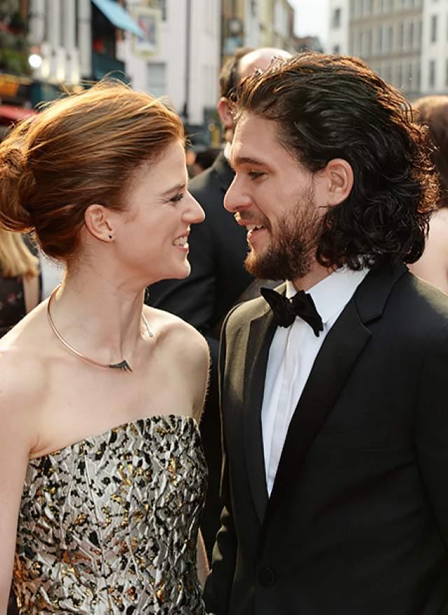 Коллега Софи по сериалу, Кит Харингтон , сделал предложение своей девушке, актрисе Роуз Лесли , которая также снимается в «Игре престолов», после пяти лет отношений.