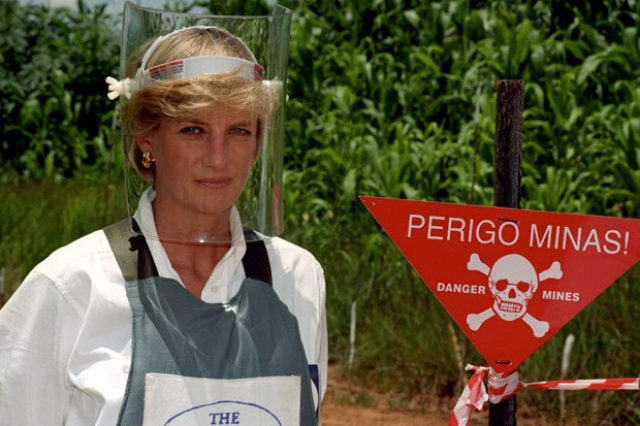 В январе 1997 года она отправилась в Анголу, где шла гражданская война. Чтобы показать опасность использования противотанковых мин, Диана прошла по разминированному полю и сняла документальный фильм о последствиях использования этого оружия.