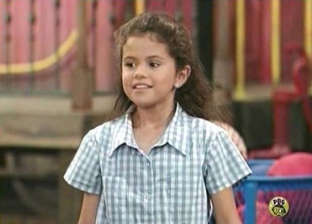 Селена Гомес. Хотя певица и актриса начала карьеру еще в детском возрасте, это не сделало ее популярнее среди одноклассников.