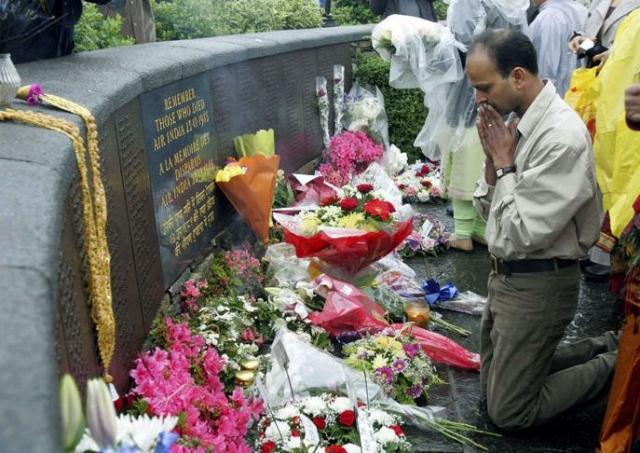 В дни годовщин родственники жертв трагедии собираются, чтобы почтить их память...